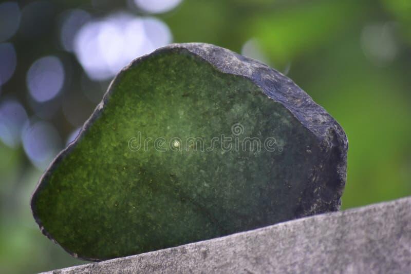 Äkta jade är ett naturligt klumpa sig Det inte har ännu klippts arkivfoton