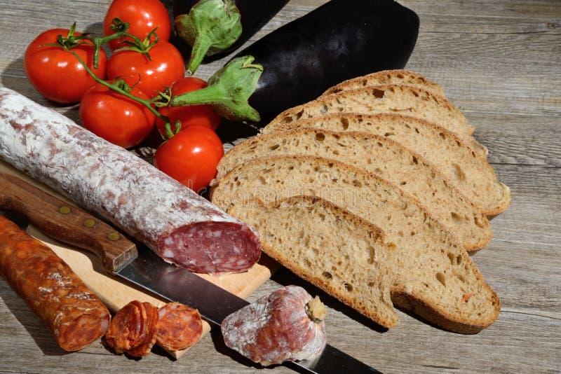 Äkta salami och bröd royaltyfria bilder