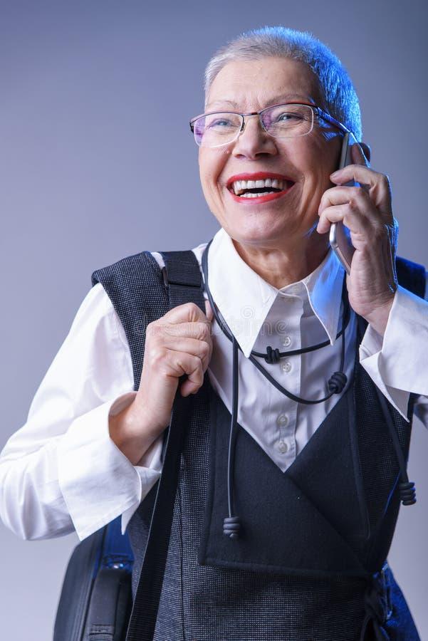 Äldre affärskvinna som mottar stor nyheterna arkivbild