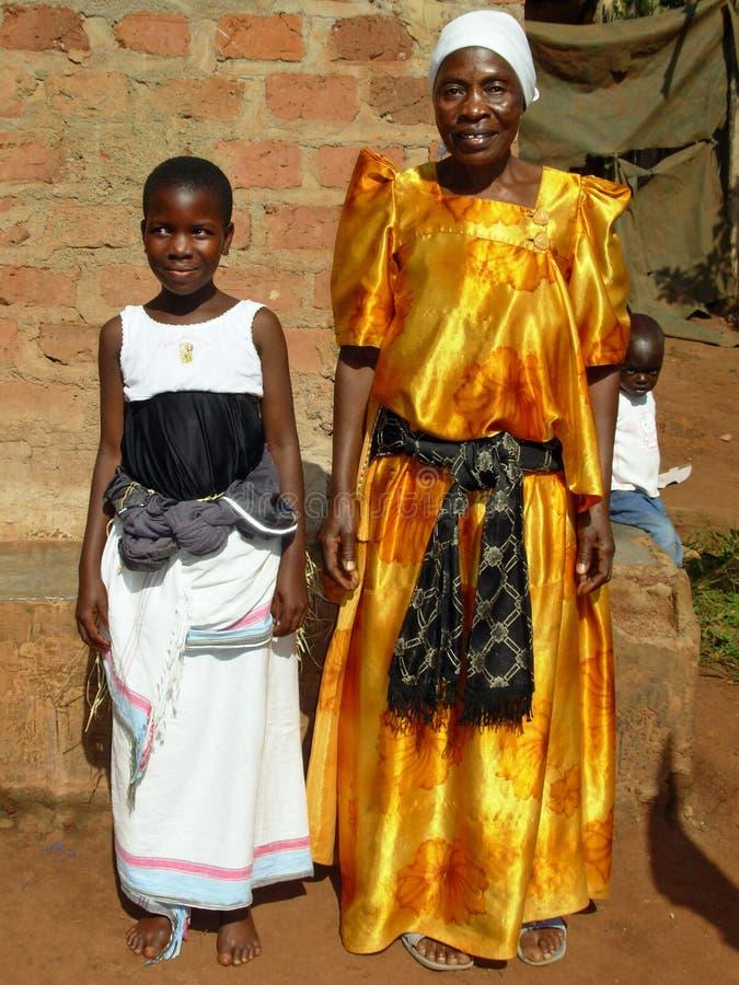 Äldre afrikansk kvinnafarmor i den traditionella ugandiska klänningen, Uganda arkivfoto