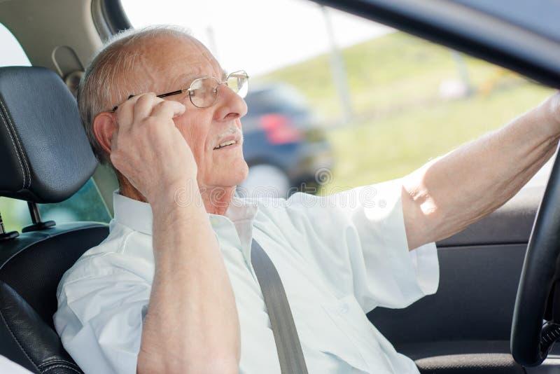 Äldre chaufför på telefonen royaltyfri fotografi
