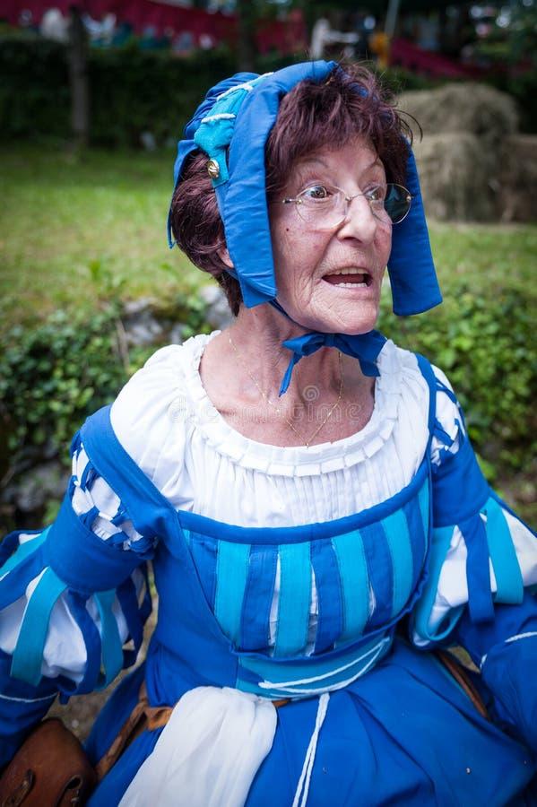 Äldre dam i medeltida dräkt arkivbilder