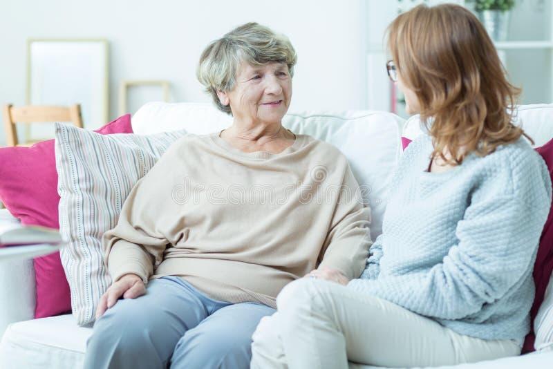 Äldre dam med anhörigvårdaren arkivbilder