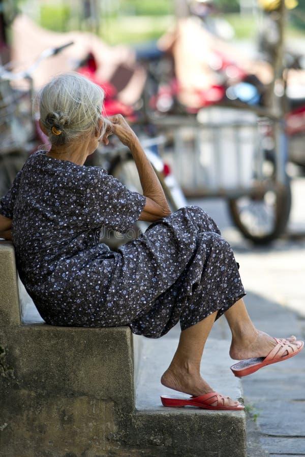 Äldre dam Sitting på moment fotografering för bildbyråer