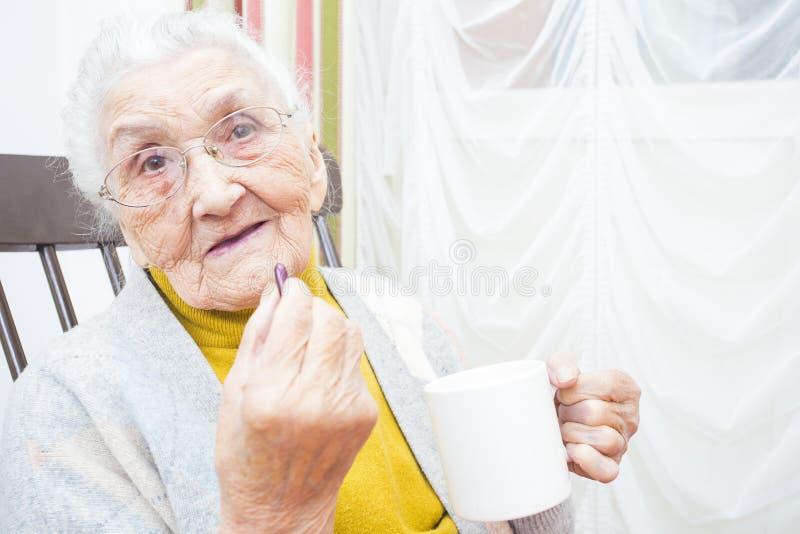 Äldre dam som tar läkarbehandlingen royaltyfri foto
