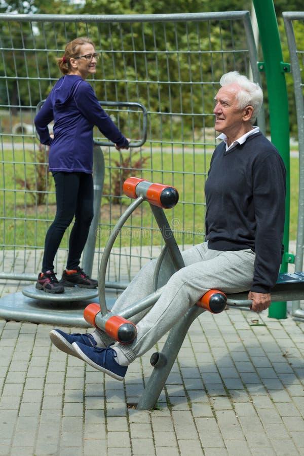 Äldre folk i utomhus- idrottshall fotografering för bildbyråer