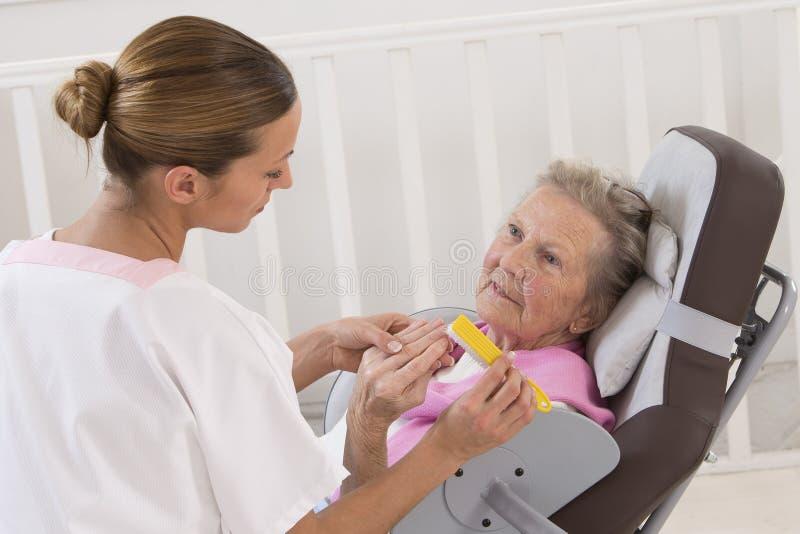 Äldre hög behandling för skönhet för kvinnahälerihem royaltyfri foto