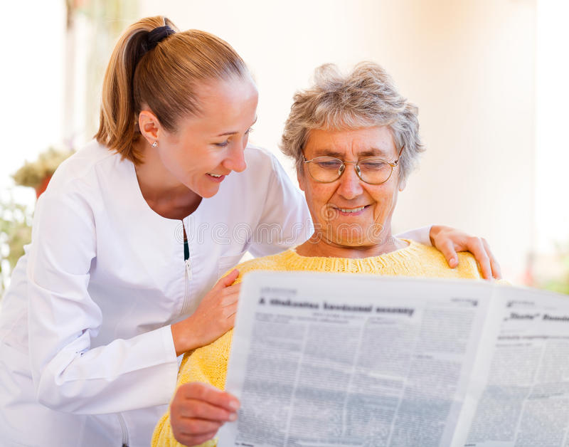 Äldre hem- omsorg arkivfoton