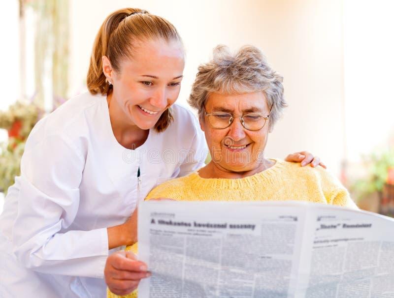 Äldre hem- omsorg arkivbild