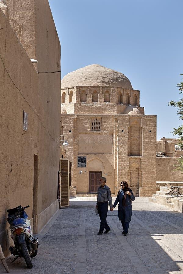 Äldre iranska turister går runt om den gamla staden, Yazd, Iran fotografering för bildbyråer