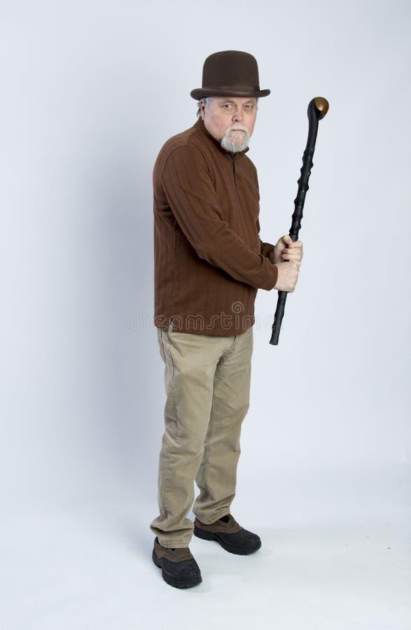 Äldre irländsk gentleman som hanterar en svart gå pinne royaltyfri fotografi