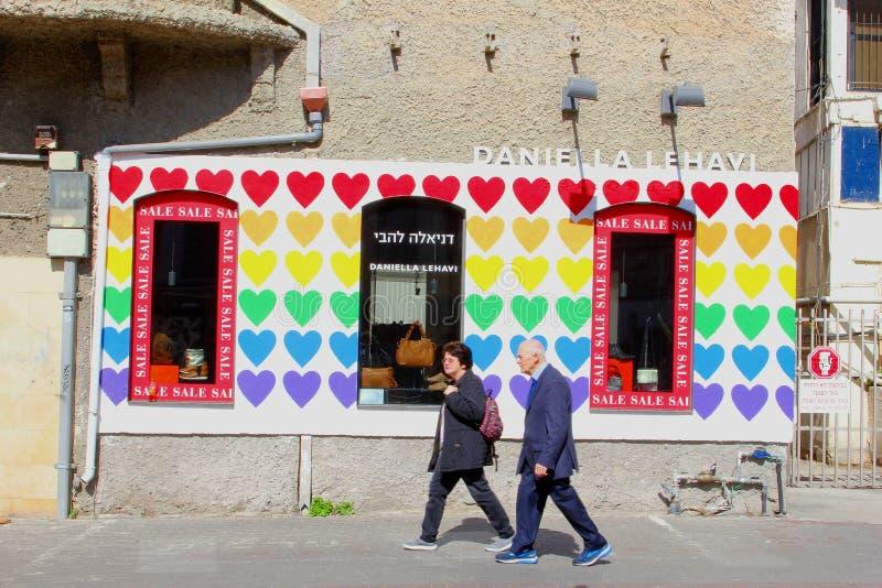 Äldre israeliska par som går den Rothschild boulevarden, Tel Aviv arkivfoto
