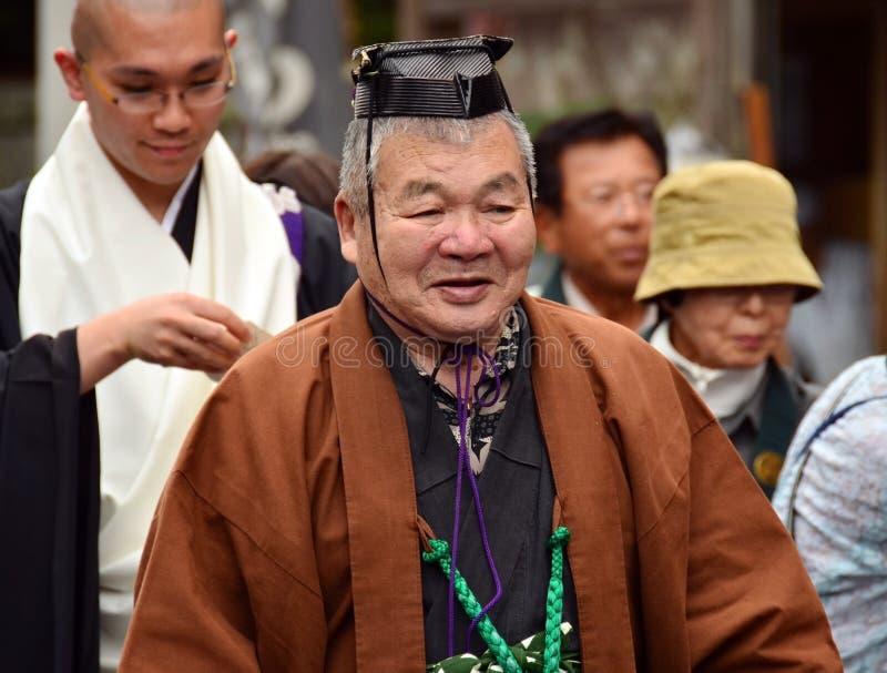 Äldre japansk man i formell Shintoprästdress arkivbild