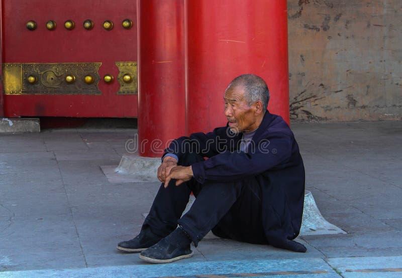 Äldre kinesisk man på porten till Forbiddenet City arkivbild