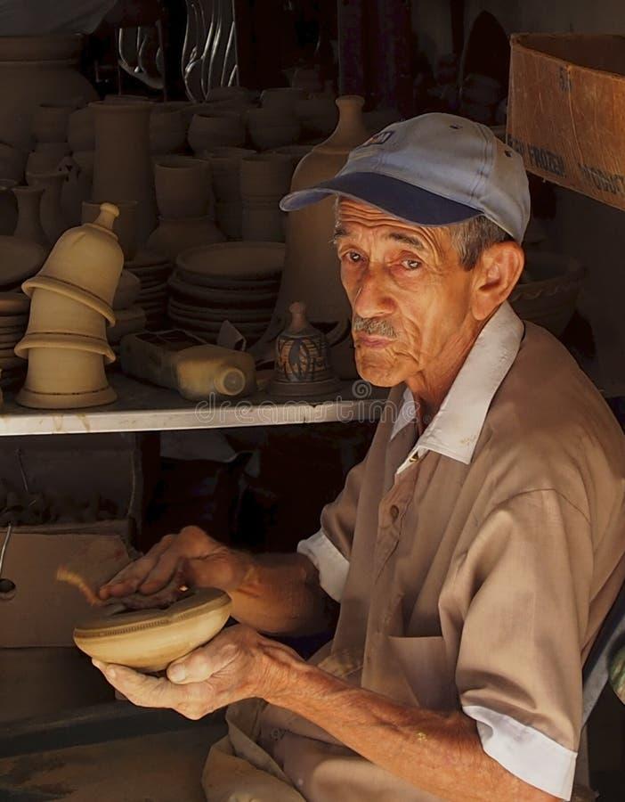 Äldre kubansk gentleman i krukmakerifabrik arkivbilder