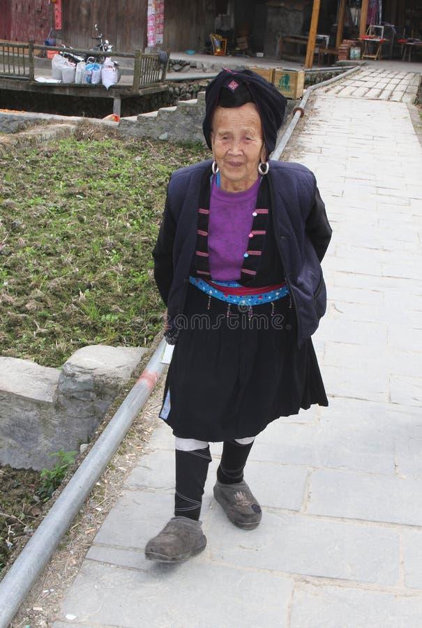 Äldre kvinna av den Yao kullestammen i traditionell dräkt i Longsheng i Kina royaltyfri fotografi