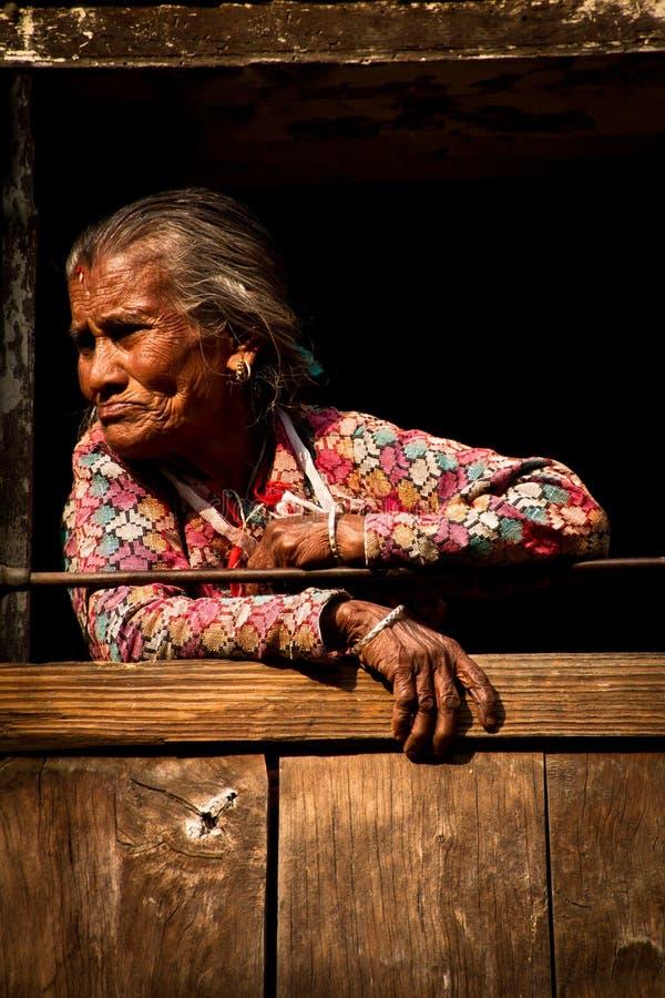 Äldre kvinna av Kitipur, Nepal fotografering för bildbyråer
