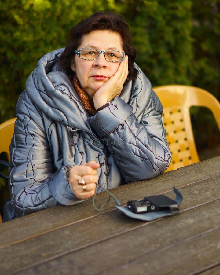 Äldre kvinna djupt i tanke royaltyfri bild