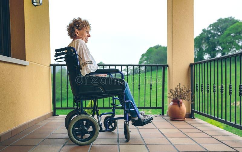 Äldre kvinna i en rullstol royaltyfri foto