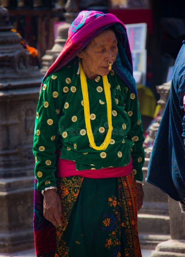 Äldre kvinna i Katmandu royaltyfri bild
