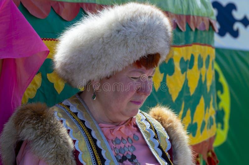 Äldre kvinna i nationell Bashkir kläder royaltyfri bild