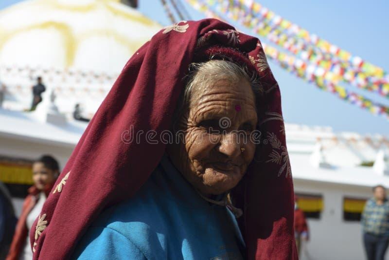 Äldre kvinna i Nepal, i nationell kläder, Katmandu, December 2017 arkivfoton
