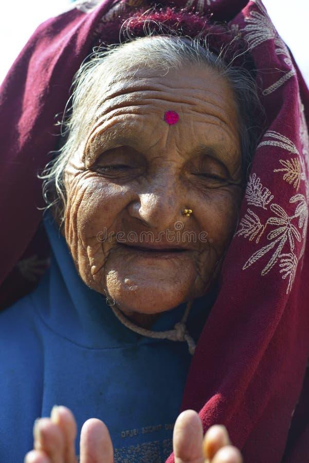 Äldre kvinna i Nepal, i nationell kläder Katmandu, December 2017 royaltyfria foton