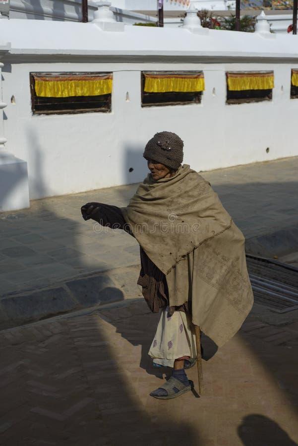 Äldre kvinna i Nepal, i nationell kläder Katmandu, December 2017 arkivbild