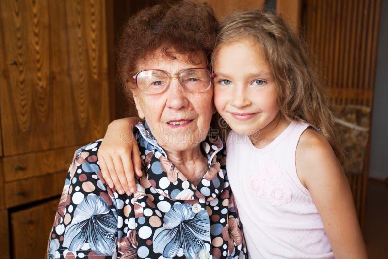 Äldre kvinna med barnbarnsbarnet royaltyfri fotografi
