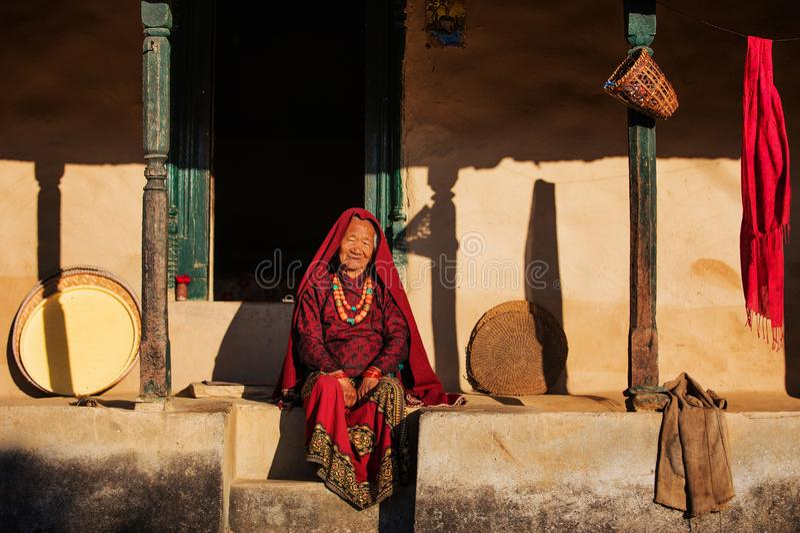 Äldre kvinna, Nepal arkivbilder
