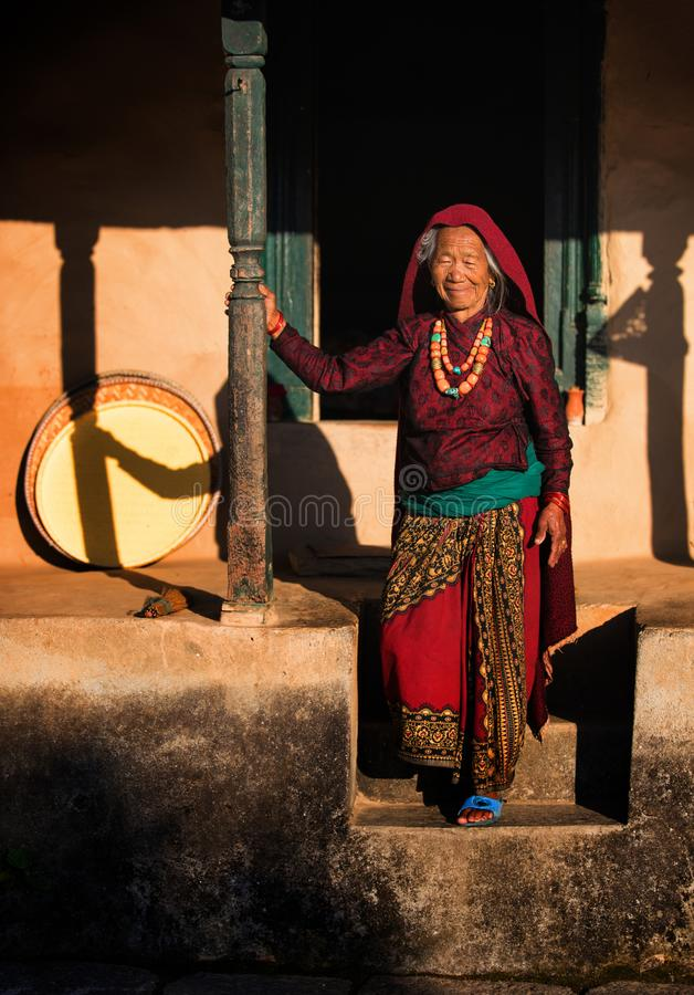 Äldre kvinna, Nepal arkivfoton