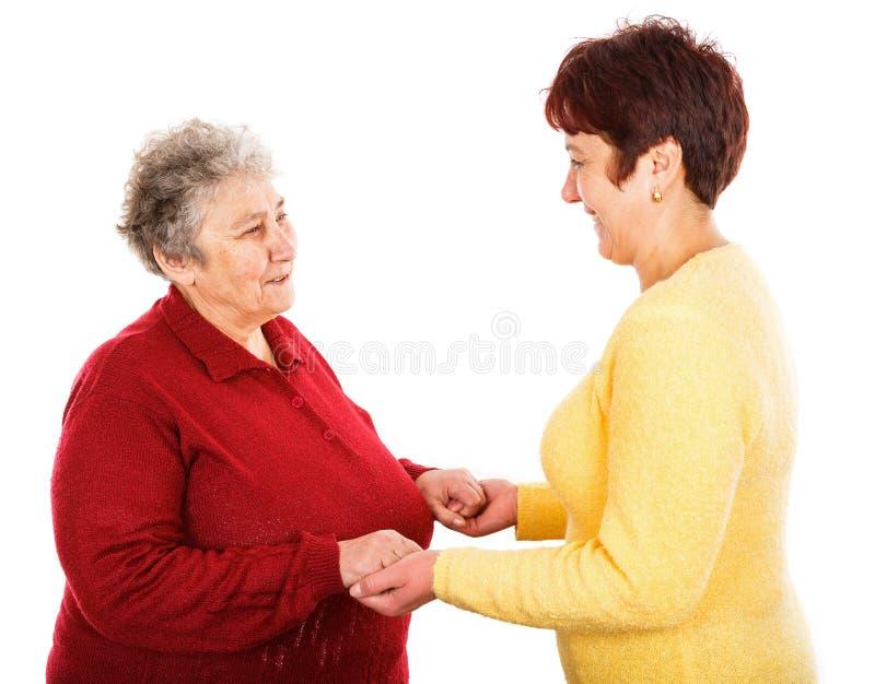 Äldre kvinna och barnanhörigvårdare arkivfoto