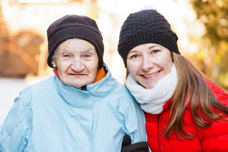 Äldre kvinna- och barnvårdare royaltyfria foton