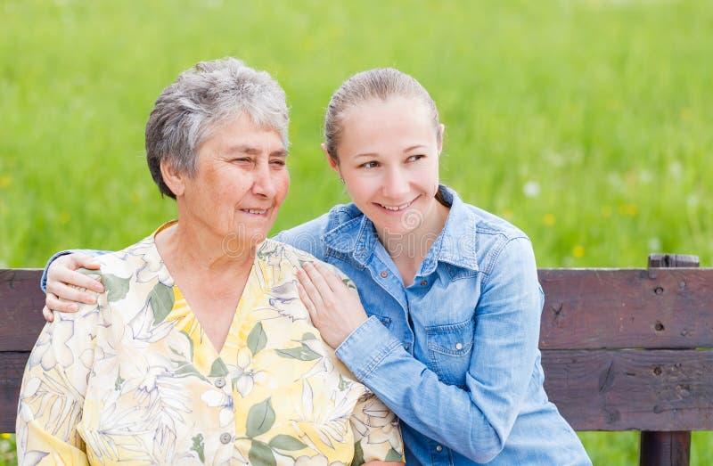 Äldre kvinna och hennes dotter arkivfoto