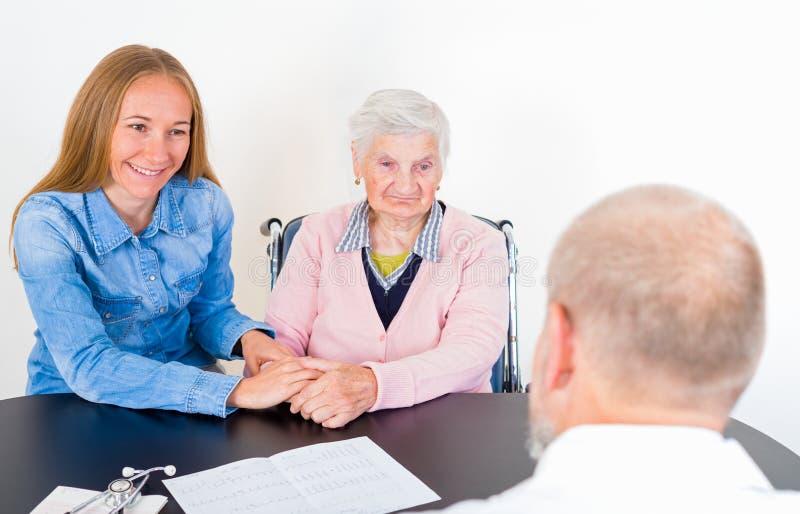 Äldre kvinna på doktorn arkivfoton