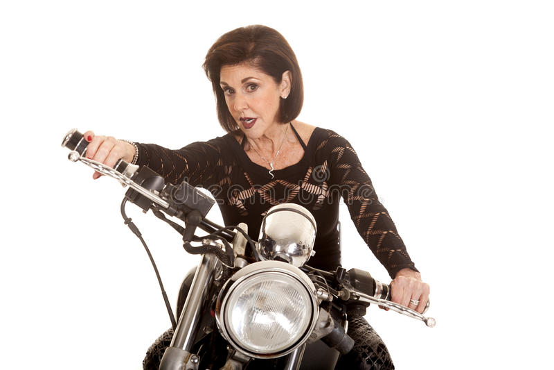 Äldre kvinna på motorcykelkörning arkivbild
