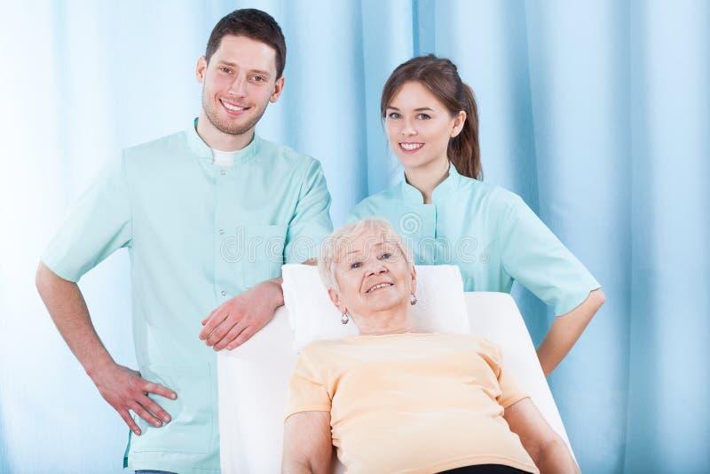 Äldre kvinna på sjukgymnastikkontoret royaltyfria foton
