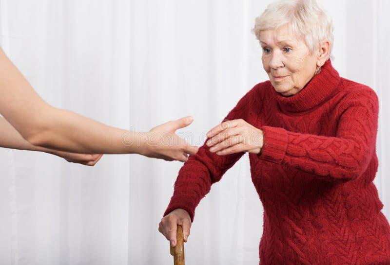 Äldre kvinna som försöker att gå fotografering för bildbyråer