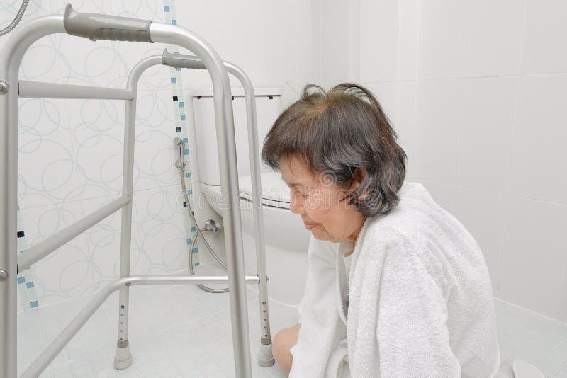 Äldre kvinna som faller i badrum arkivfoton