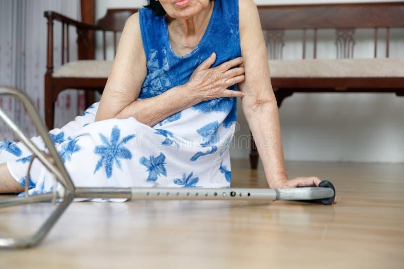 Äldre kvinna som ner faller, härdattack royaltyfri fotografi