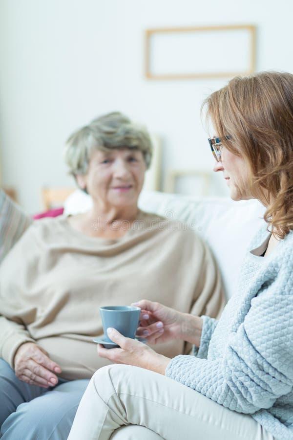 Äldre kvinna under konversation royaltyfri foto