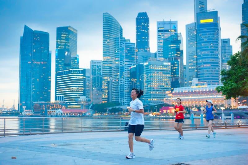 Äldre kvinnaspring i Singapore royaltyfria bilder