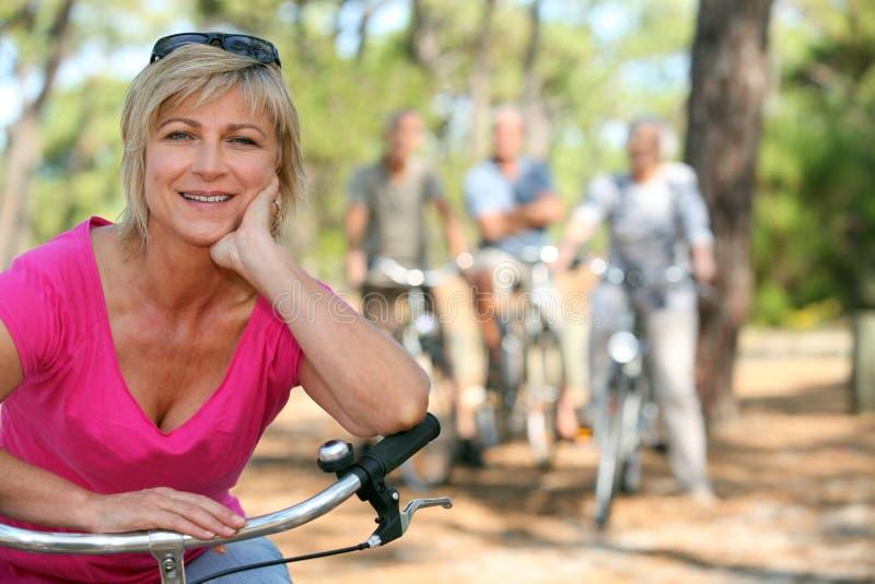 Äldre kvinnlig cyklist fotografering för bildbyråer