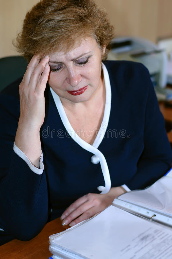 Äldre kvinnor har en huvudvärk royaltyfri fotografi