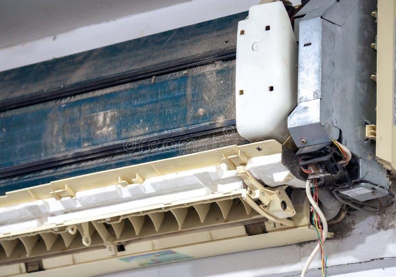 Äldre luftkonditioneringsapparat i washen Når att inte ha underhållit det på länge Den dammiga inre och delarna är rostiga ackumu arkivfoto