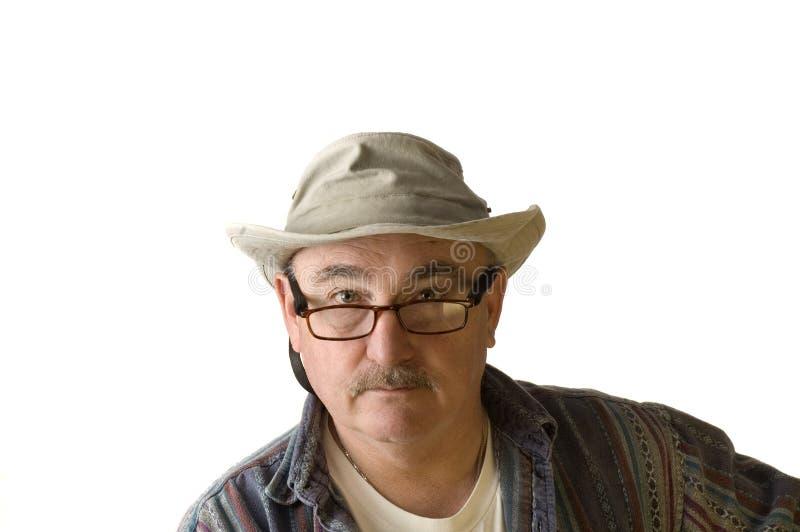 Äldre man i hatt på white arkivfoton