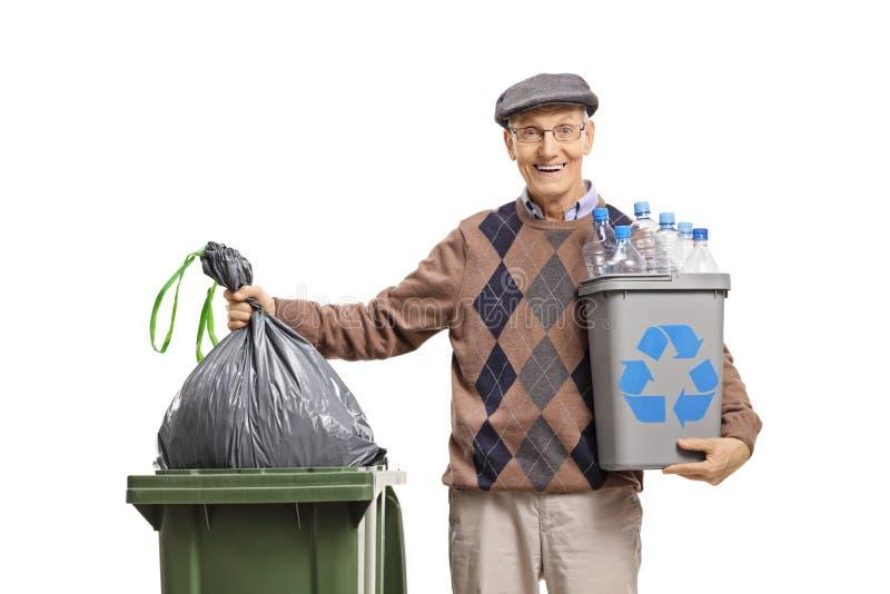 Äldre man med ett återanvändningsfack som kastar en avskrädepåse i en soptunna arkivbild
