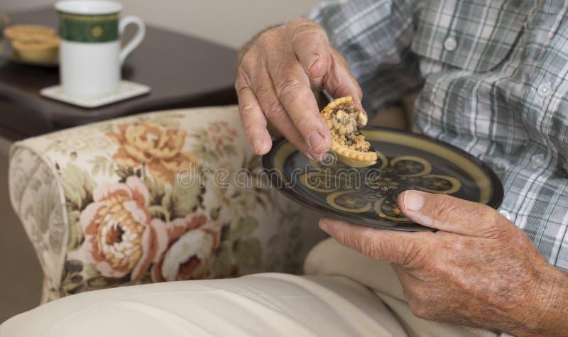 Äldre man med morgonte royaltyfri bild