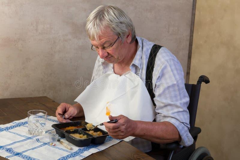 Äldre man som ogillar hans matställe arkivbilder
