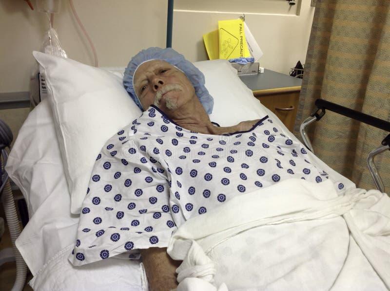 Äldre manlig sjukhuspatient som väntar på kirurgi arkivbilder